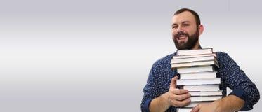 Uomo adulto della barba dello studente con la pila di libro Fotografia Stock Libera da Diritti