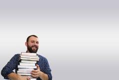 Uomo adulto della barba dello studente con la pila di libro Fotografia Stock