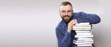 Uomo adulto della barba dello studente con la pila di libro Fotografie Stock