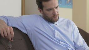 Uomo adulto serio con il computer portatile che pensa alla decisione economica, tecnologie stock footage