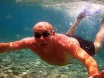 Uomo adulto sotto acqua Fotografia Stock