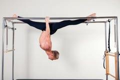 Uomo aerobico dell'istruttore di Pilates nella forma fisica della Cadillac Immagini Stock Libere da Diritti