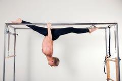 Uomo aerobico dell'istruttore di Pilates nella forma fisica della Cadillac Fotografia Stock Libera da Diritti