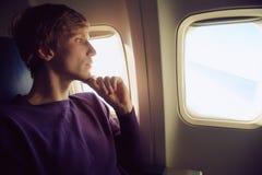 Uomo in aeroplano fotografia stock
