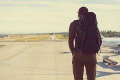 Uomo in aeroporto immagini stock