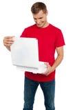 Uomo affamato che esamina pizza yummy squisita fotografie stock libere da diritti