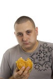 Uomo affamato con l'hamburger. Fotografia Stock Libera da Diritti