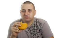 Uomo affamato con l'hamburger. Immagini Stock Libere da Diritti