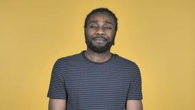 Uomo africano casuale di ribaltamento triste isolato su fondo giallo stock footage