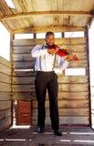 Uomo africano che gioca violino Fotografie Stock Libere da Diritti