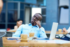Uomo africano che riposa alla Tabella all'aperto Fotografie Stock Libere da Diritti