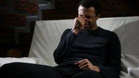 Uomo africano che ritiene rotto, strappi in occhi, piangenti Immagini Stock