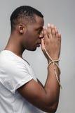 Uomo africano che spera per la buona fortuna, vittoria, vittoria Immagini Stock Libere da Diritti