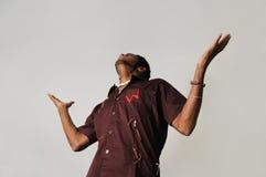 Uomo africano con le braccia aperte fotografia stock libera da diritti