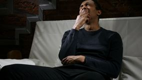Uomo africano depresso triste che ritiene rotto, strappi in occhi, piangenti Immagini Stock