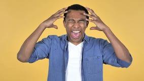 Uomo africano di grido dei giovani arrabbiati, fondo giallo stock footage