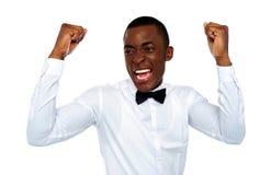 Uomo africano emozionante che gode del suo successo Immagini Stock