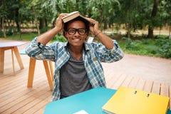 Uomo africano felice che studia e che si diverte in caffè all'aperto Fotografia Stock Libera da Diritti