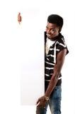 Uomo africano felice che tiene il tabellone per le affissioni vuoto Immagine Stock Libera da Diritti