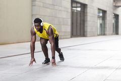 Uomo africano nella posa di inizio corrente sulla via della città Fotografia Stock Libera da Diritti