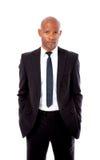 Uomo africano professionale con le mani in tasche Fotografia Stock