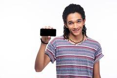 Uomo africano sorridente che mostra lo schermo in bianco dello smartphone Fotografie Stock