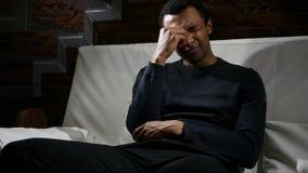 Uomo africano triste che ritiene rotto, Crtying con gli strappi in occhi Fotografia Stock Libera da Diritti