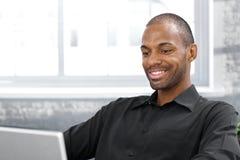 Uomo afro bello felice Immagine Stock