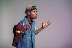 uomo afroamericano alla moda aggressivo che gesturing e che distoglie lo sguardo fotografie stock