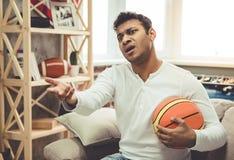 Uomo afroamericano a casa immagini stock libere da diritti
