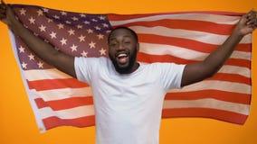 Uomo afroamericano che balla con la bandiera degli Stati Uniti, celebrazione di festa dell'indipendenza, festa archivi video