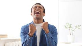 Uomo afroamericano colpito di grido che impazze a causa della perdita Immagini Stock