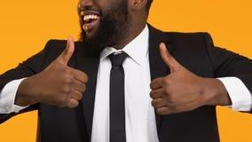 Uomo afroamericano di affari che mostra i pollici su, nuovo sviluppo di progetto stock footage