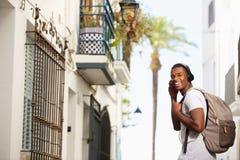 Uomo afroamericano felice che viaggia con la borsa Fotografia Stock Libera da Diritti