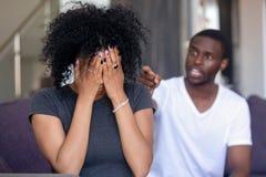 Uomo afroamericano infastidito che grida alla donna frustrata fotografia stock libera da diritti