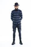 Uomo afroamericano serio attraente che sta con le mani dietro indietro Fotografie Stock Libere da Diritti