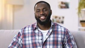 Uomo afroamericano sorridente pronto per pulizia piana, tenendo i prodotti di pulizia archivi video