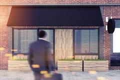 Uomo afroamericano vicino ad un ristorante moderno Immagini Stock