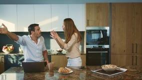 Uomo aggressivo che discute alla cucina Marito arrabbiato che ha conflitto con la moglie archivi video