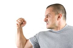 Uomo aggressivo che mostra il suo pugno isolato su bianco fotografia stock libera da diritti