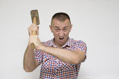 Uomo aggressivo con una mazza su un fondo bianco Lavoro c immagine stock libera da diritti