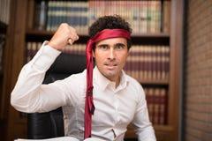 Uomo aggressivo di affari che si difende con una penna fotografia stock libera da diritti