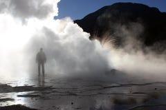 Uomo ai geyser di EL Tatio Fotografie Stock