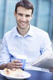 Uomo al caffè all'aperto fotografie stock