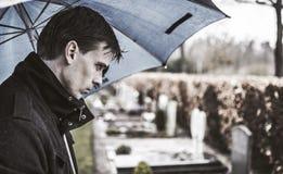 Uomo al cimitero Immagini Stock