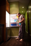 Uomo al frigorifero fotografia stock libera da diritti