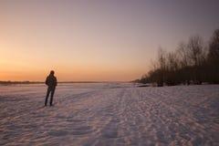 Uomo al tramonto fotografia stock libera da diritti