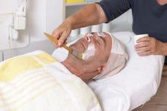 Uomo al trattamento facciale di ricezione concentrare di bellezza Immagini Stock Libere da Diritti