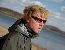 Uomo all'aperto con gli occhiali da sole Immagini Stock