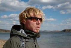 Uomo all'aperto con gli occhiali da sole A fotografia stock libera da diritti